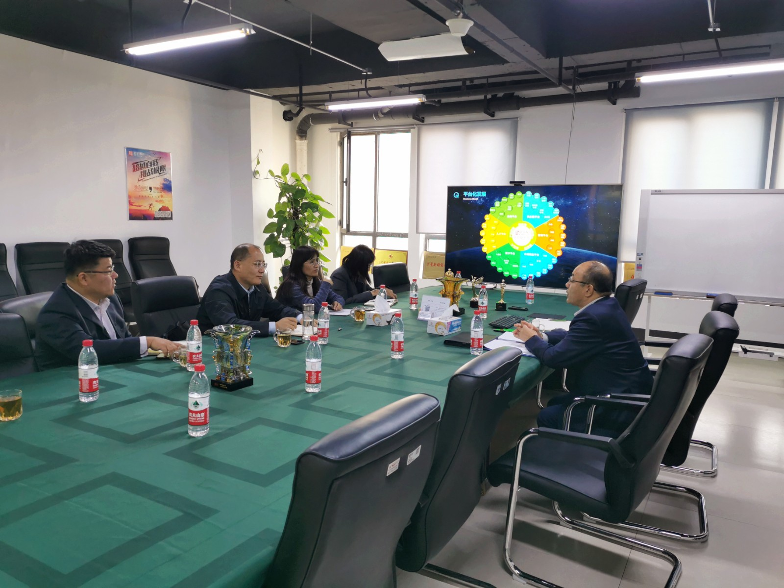 新明辉商城总经理李辉与临沂科技职业学院代表交流合作事项